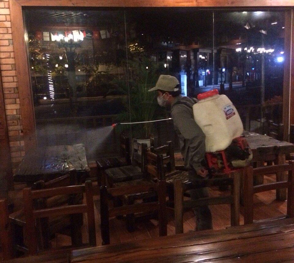 Phun thuốc diệt gián đức cho nhà hàng